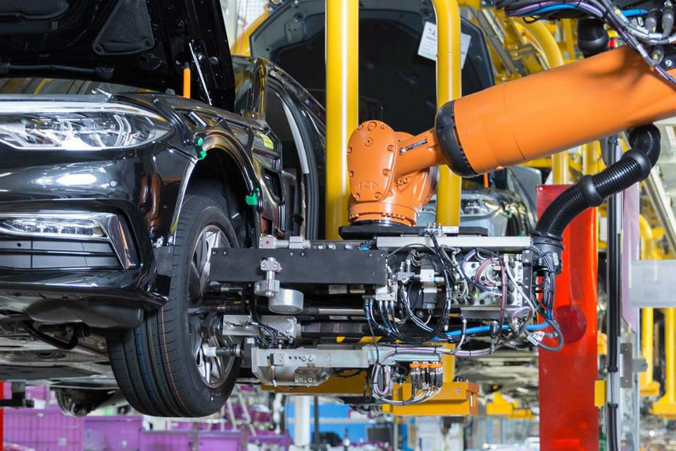 Automotive industry must cut back investments in electric cars, forge partnerships instead, says Magna